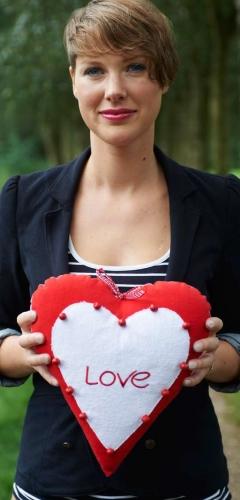 Stuffed heart uni rood met tekst love 30cm