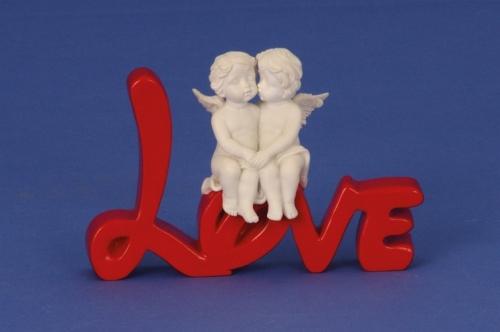 Engelenpaar zittend op het woord LOVE